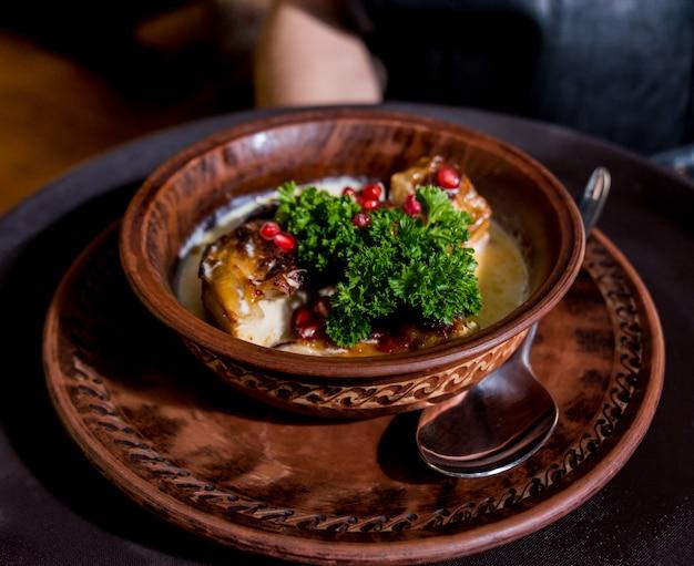 Gebratenes huhn mit kartoffeln und gemüse auf küchenherd. küche in einem restaurant.