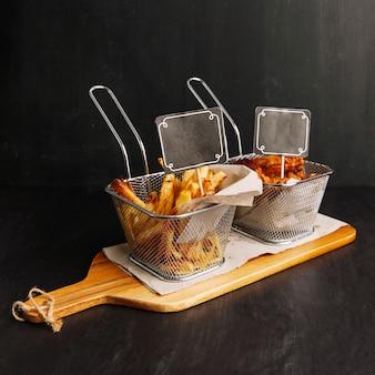 Gebratenes huhn und chips