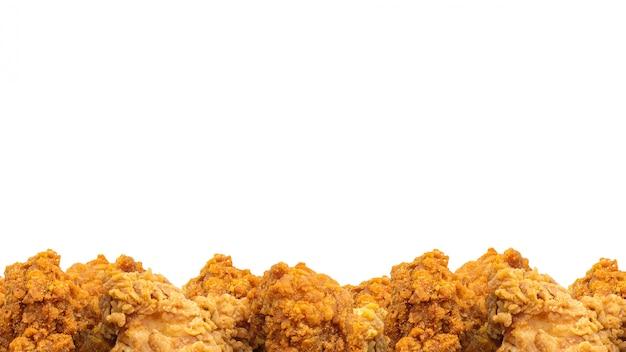 Gebratenes huhn und copyspace hintergrund. knuspriges fast food. (beschneidungspfad)