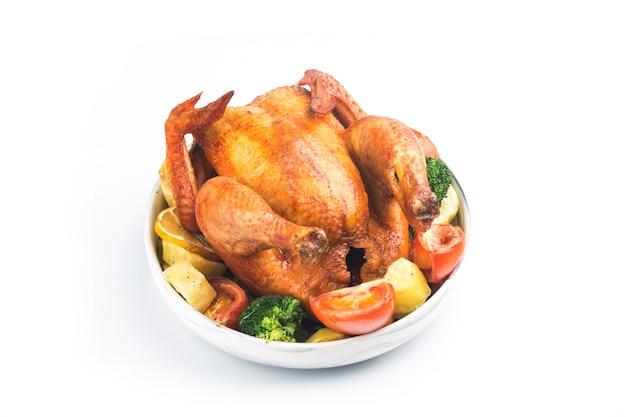 Gebratenes huhn und gemüse auf weißem tisch
