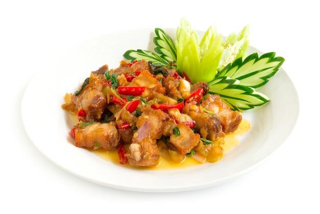 Gebratenes knusperiges schweinefleisch des thailändischen lebensmittels würzig und thailändisches basilikum gedient und gurke