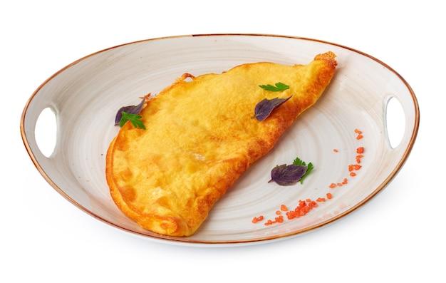 Gebratenes omelette auf teller isoliert auf weiß