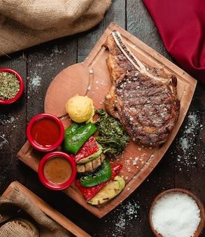 Gebratenes rindfleisch geschnitten mit saucenauswahl 1