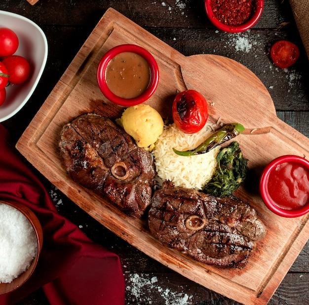 Gebratenes rindfleisch geschnitten mit saucenauswahl 2