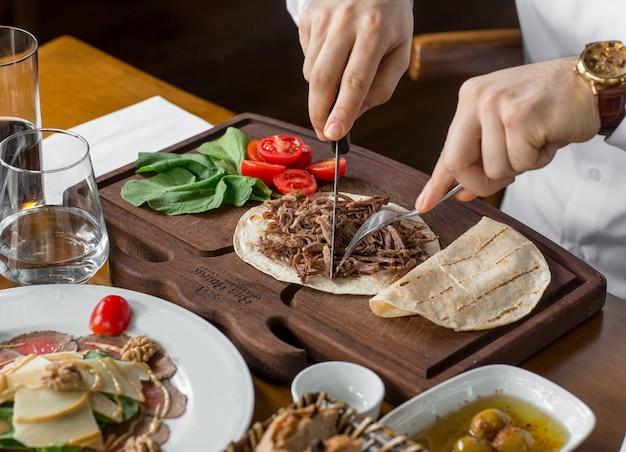 Gebratenes rindfleisch in lavash auf dem tisch