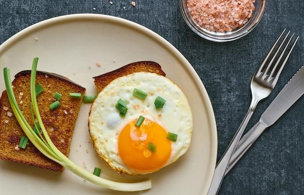 Gebratenes roggenbrot mit rührei, frühstückskonzept