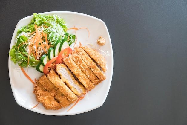 Gebratenes schnitzel mit gemüse