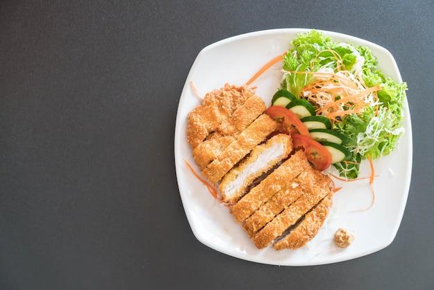 Gebratenes schnitzel schweinefleisch mit gemüse