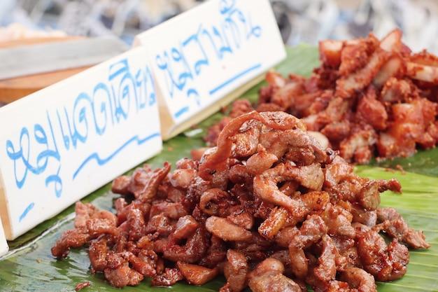 Gebratenes schweinefleisch am straßenessen