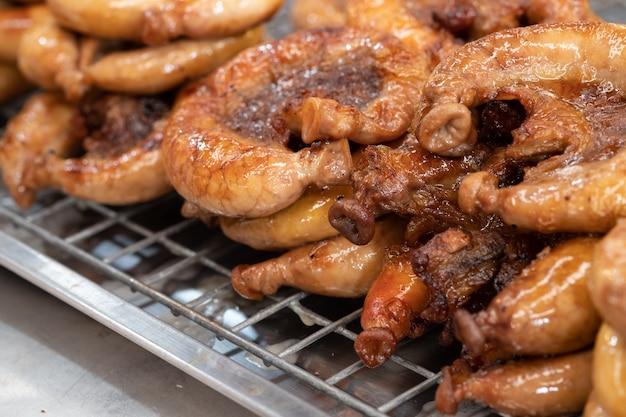 Gebratenes schweinefleisch chitterlings. beliebtes straßenessen in thailand.