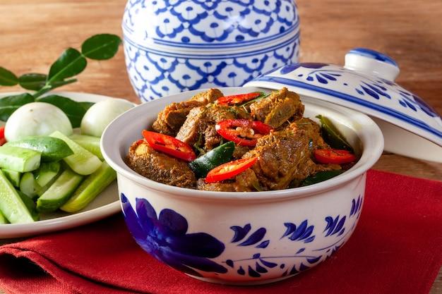 Gebratenes schweinefleisch mit curry. thai essen