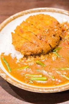 Gebratenes schweinefleisch mit currysauce