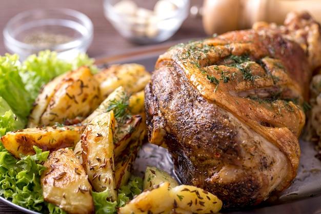 Gebratenes schweinefleisch mit kartoffeln