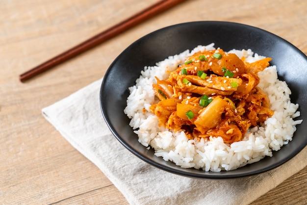 Gebratenes schweinefleisch mit kimchi auf reis rühren