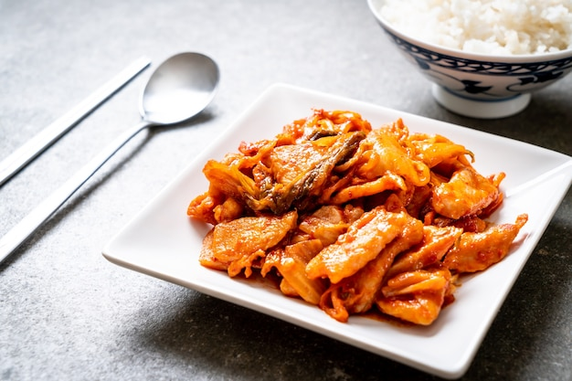 Gebratenes schweinefleisch mit kimchi - koreanische küche