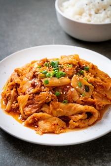 Gebratenes schweinefleisch mit kimchi verrühren