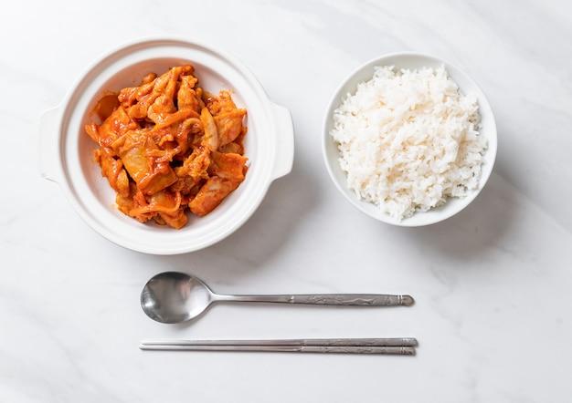 Gebratenes schweinefleisch mit kimchi