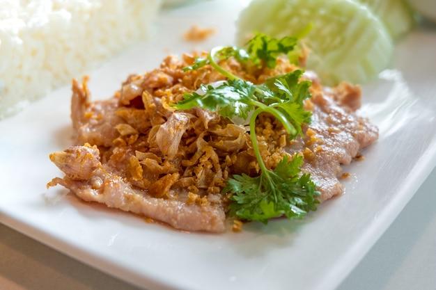 Gebratenes schweinefleisch mit knoblauch und pfeffer ist ein menü der leute, die das meiste von thailand essen mögen.