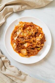 Gebratenes schweinefleisch mit koreanischer scharfer paste und kimchi - koreanische küche