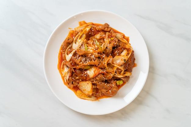 Gebratenes schweinefleisch mit koreanischer würziger paste und kimchi - koreanische küche