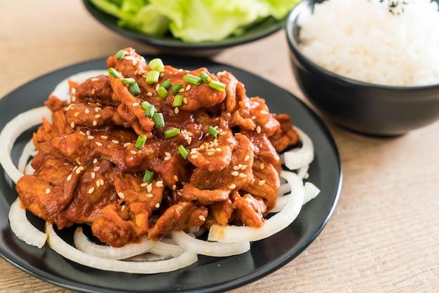 Gebratenes schweinefleisch mit scharfer koreanischer sauce (bulgogi)