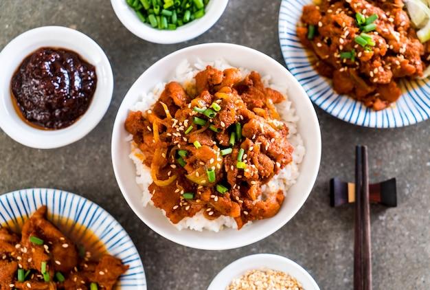 Gebratenes schweinefleisch mit scharfer koreanischer soße (bulgogi) auf spitzenreis