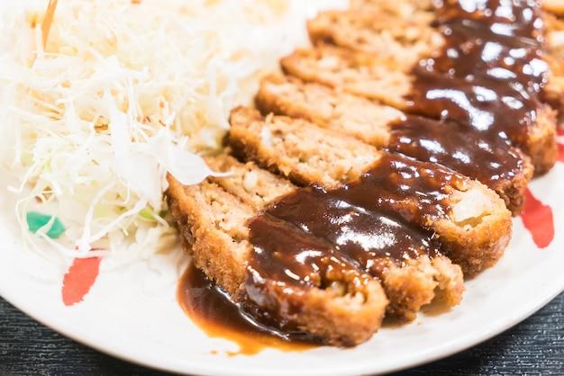Gebratenes schweinefleisch mit süßer sauce