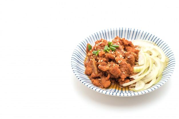 Gebratenes schweinefleisch mit würziger koreanischer sauce (bulgogi)