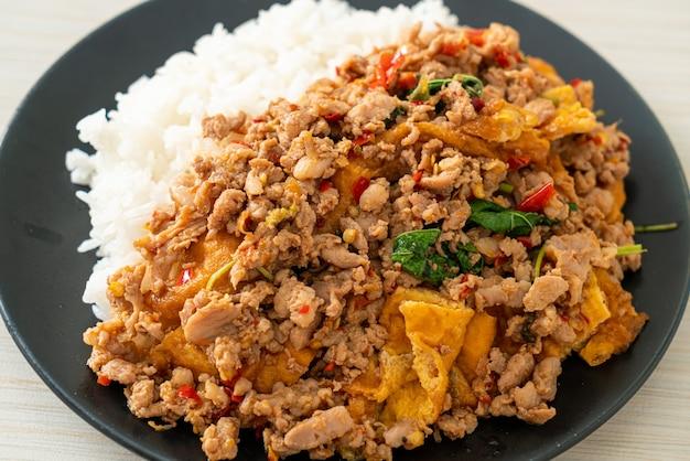 Gebratenes schweinehackfleisch mit basilikum und ei auf reis - asiatische küche