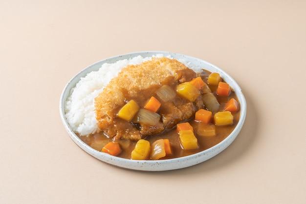 Gebratenes schweinekotelett-curry mit reis - japanischer essensstil