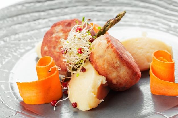 Gebratenes schweinekotelett mit kartoffeln