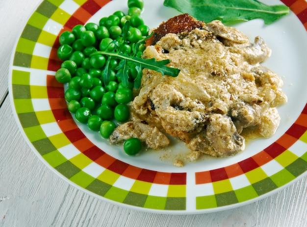 Gebratenes skinkschnitzel mit gemüse. nahansicht.