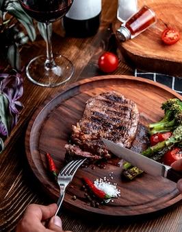 Gebratenes steak auf holzbrett draufsicht