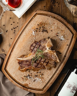 Gebratenes steak auf holzbrett
