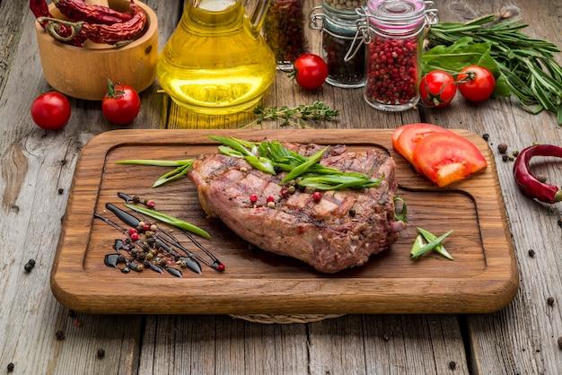 Gebratenes steak mit knochen