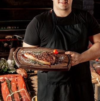 Gebratenes steak und tomate auf schneidepult