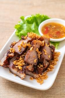 Gebratenes streifiges schweinefleisch oder knuspriges schweinefleisch oder frittierter schweinebauch