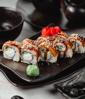 Gebratenes sushi mit fisch, reis, ingwer und wasabi