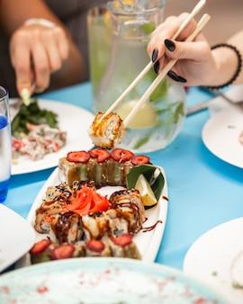 Gebratenes sushi mit gemüse und ingwer