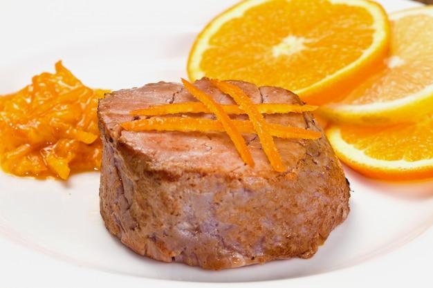 Gebratenes thunfischfilet mit frischer orange und orangensauce