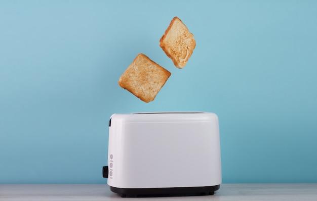 Gebratenes toastbrot, das oben vom edelstahltoaster knallt