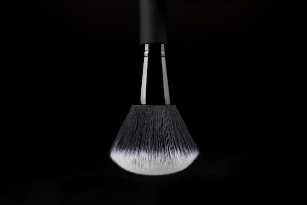Gebrauchsfertiger make-up pinsel mit weißer substanz