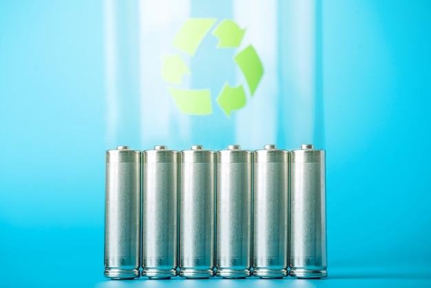 Gebrauchte aa-batterien und recycling-zeichen