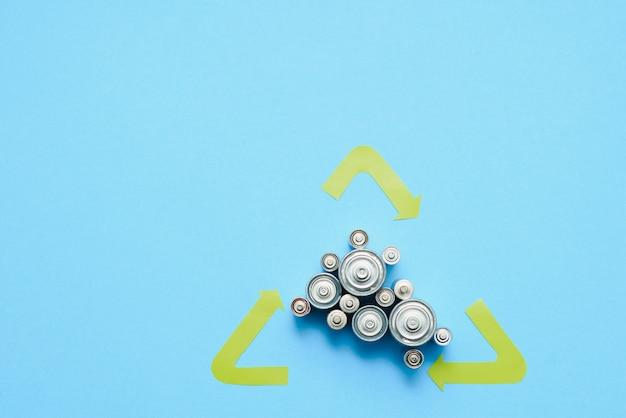 Gebrauchte aa und ordnungsgemäße entsorgung von umweltschädlichen und bodenbatterien auf blauem grund