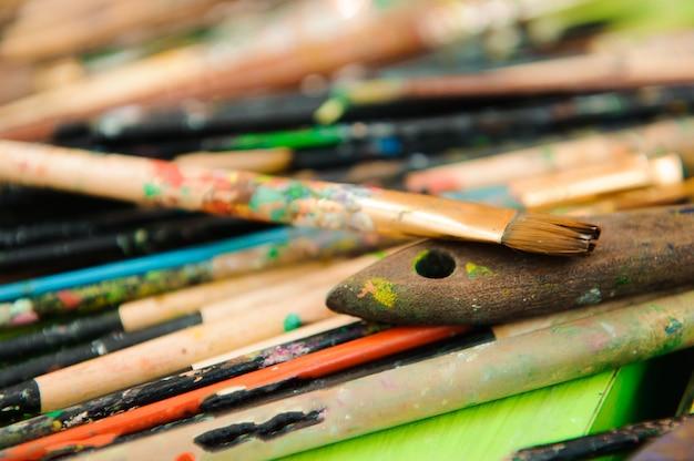 Gebrauchte farbpalette, aquarelle, pinsel - kunstunterricht.