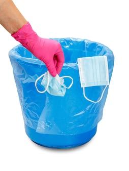 Gebrauchte medizinische schutzmasken. der mülleimer zur nutzung individueller schutzmittel