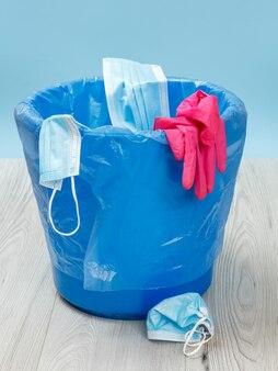 Gebrauchte medizinische schutzmasken und nitrilhandschuhe