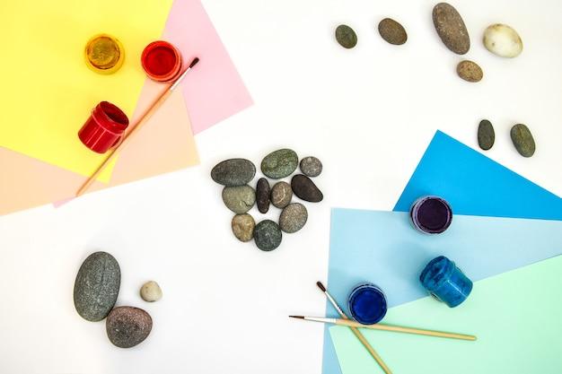 Gebrauchte palette von gouachefarben isoliert auf weiß