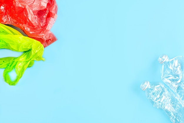 Gebrauchte plastik und tasche. recycling-kunststoff-nutzungskonzept. ökologisches problem, umweltverschmutzung, draufsicht, flache lage mit kopierraum