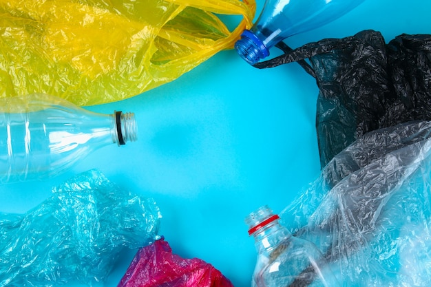 Gebrauchte plastikflaschen und -beutel zum recycling,